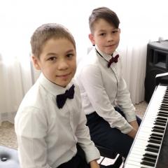 Фортепианный дуэт (Башаров Булат (2 класс), Сухоплюев Дмитрий (3 класс)) и