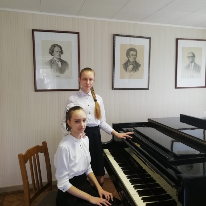 """Фортепианный дуэт """"Маргаритки"""" (в составе Кочановой Анны, Карась Марии) и"""